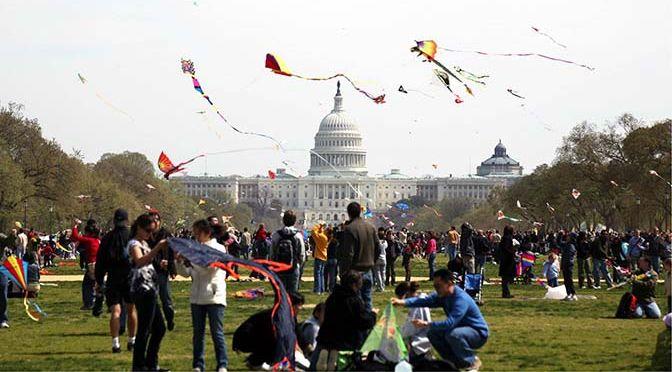 Gli aquiloni del Kyte Festival volano di fronte al Campidoglio