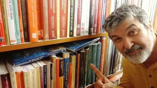 Guido Zanderigo in una libreria di Varanasi (India).