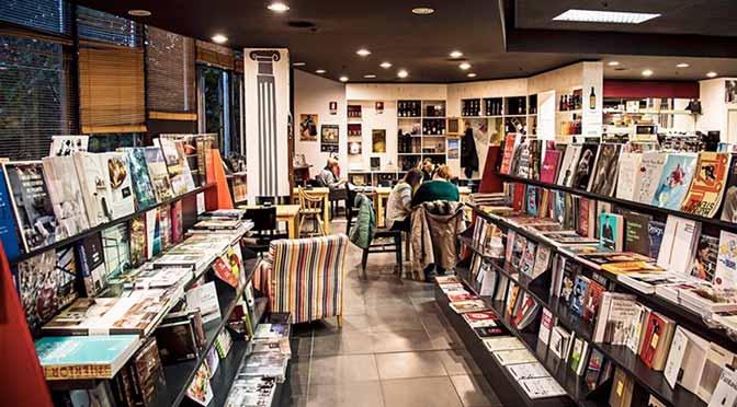 Interno della libreria nella filiale di Trieste.