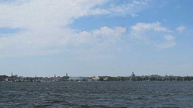 Annapolis e l'accademia navale viste dalla baia.