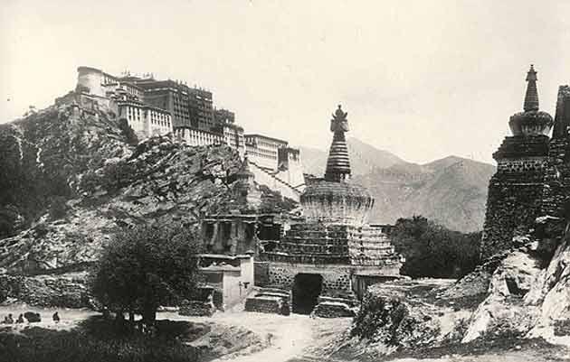 Immagine 1 – Lhasa in una fotografia del 1903.