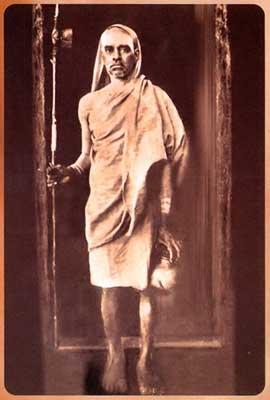 Immagine 2 - Svāmi Candraśekara Bhāratī (1892–1954), Śaṅkarācārya di Śringeri in una fotografia degli anni venti del Novecento.