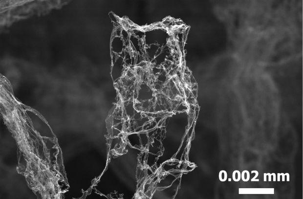 Immagine microscopica (TEM) del materiale più leggero del mondo: l'aerografite. I nanotubi aperti di carbonio formano una fitta maglia con una densità pari a soli 0,2 mg per centimetro cubo. Credit: TUHH