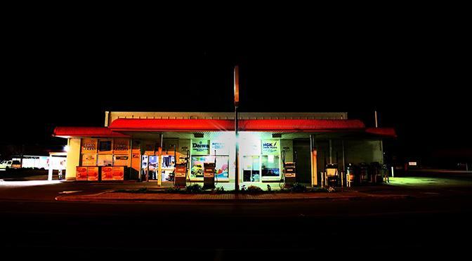 """Stazione di servizio di notte. immagine rappresentativa del racconto """"FLusso di Autocoscienza in Retromarcia"""""""