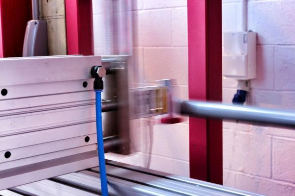 Un attuatore posizionato per attivare la barra di un maniglione antipanico per determinare la durabilità del meccanismo di aggancio
